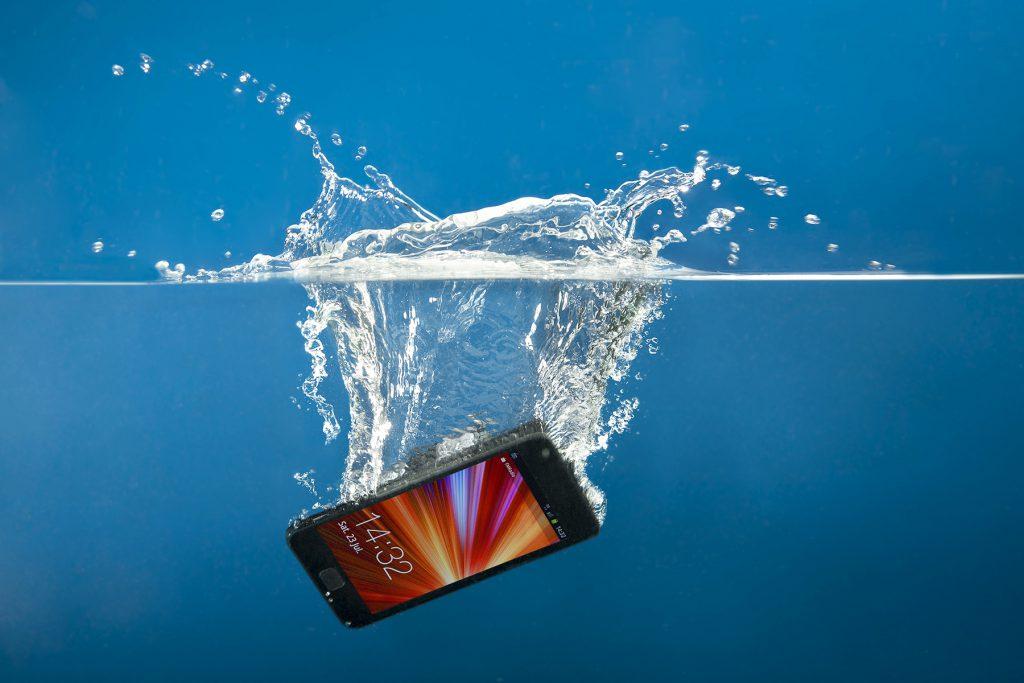 با گوشی که در آب میافتد چهکار کنیم؟