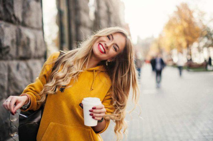 تصویر از موهای بلوند را با چه رنگ لباسی باید ست کرد؟