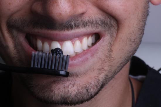 تصویر از ۱۳ روش ارزان و خانگی برای سفید کردن دندانها