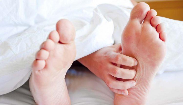 تصویر از علت گرفتگی شبانه پا چیست و چطور درمان میشود؟