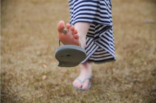 دمپایی لا انگشتی (دمپایی ابری) را به این ۱۱ دلیل هرگز نپوشید