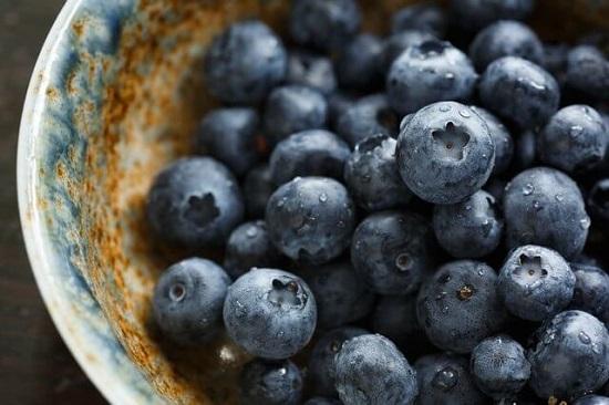 10 ماده غذایی مفید برای درمان جوش صورت
